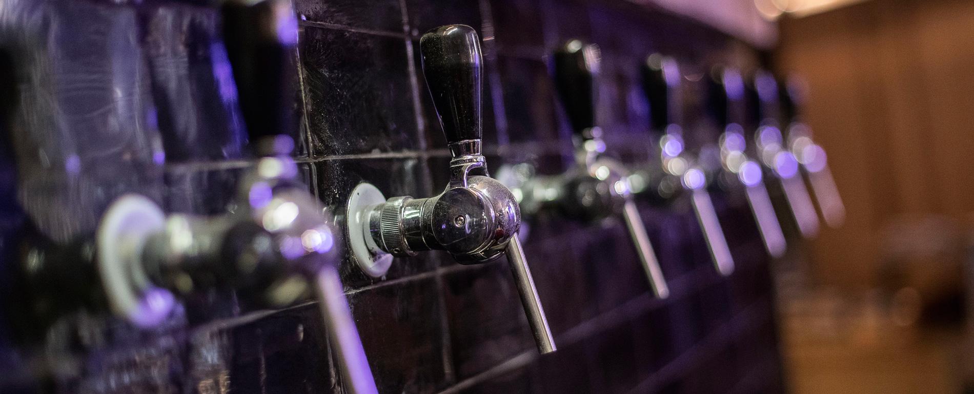 Grifos de vinos naturales en La Canibal